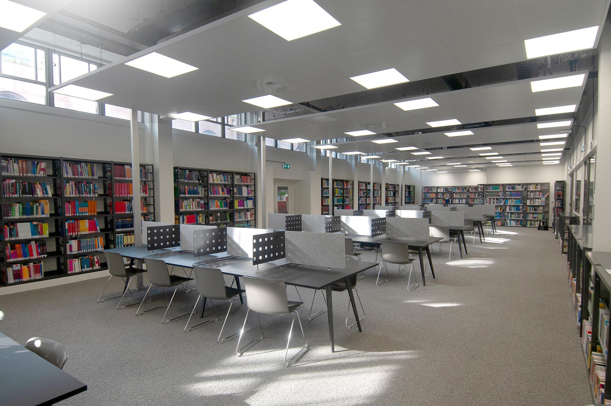 Studenten blij met meer stilteplekken in verbouwde mediatheek Hogeschool Rotterdam